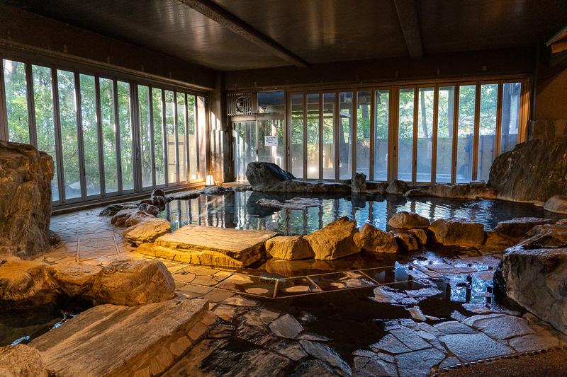 天然記念物の三波石を使っている岩風呂。サウナもあります