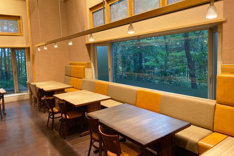 食座「旬の坊」の朝。窓から見える外の緑が美しい