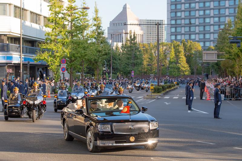 国会議事堂を背景にパレードコースを進むセンチュリーオープンカー。平河町交差点にて