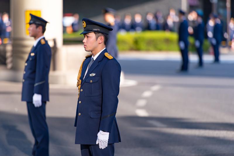 沿道警戒にあたる礼服着用の警察官。階級は巡査。階級により肩章や制帽の帯章・前ひさしなどの模様が異なる。