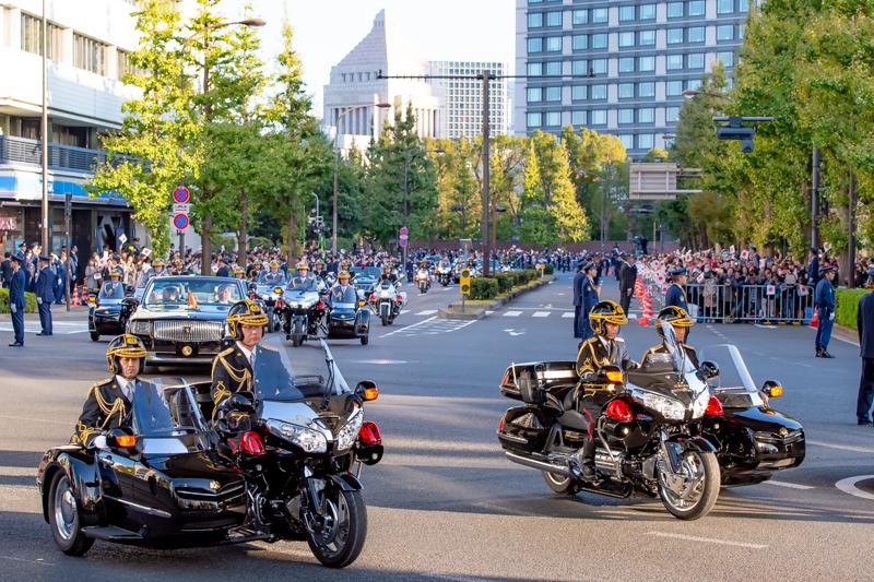 儀礼用乗車服で車列を警護する皇宮警察サイドカー乗員