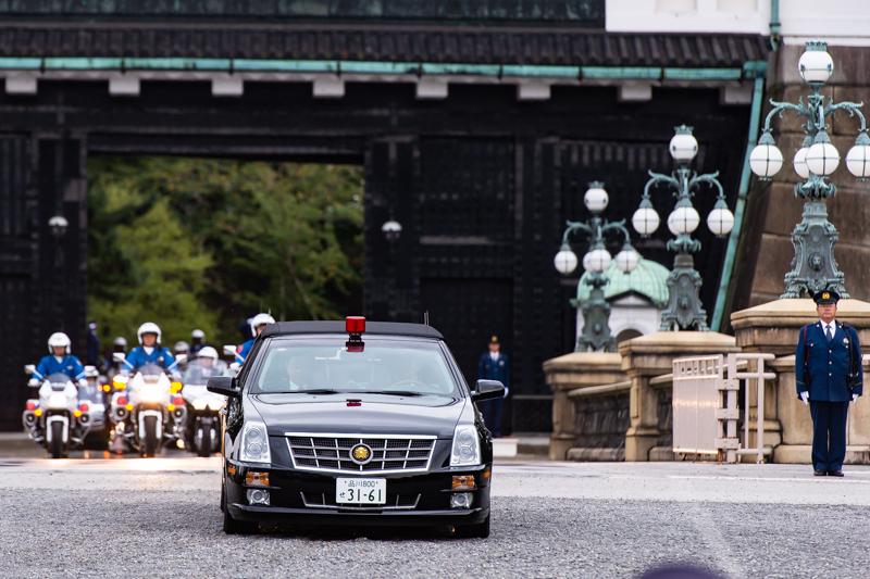 10月6日のリハーサル。皇居正門を出る車列