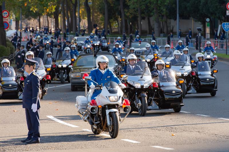 当日朝のリハーサルの模様(国会前交差点付近)。警視庁の白バイ隊員は通常の乗車服、皇宮警察の乗員は通常の制服を着用している