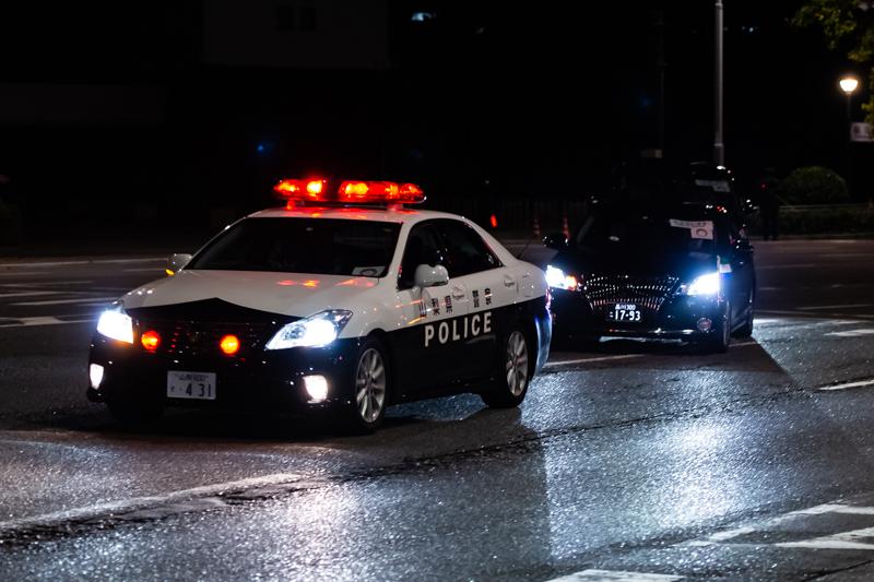 山梨県警200系クラウン交通取締用四輪車。前面警光灯がハロゲン球であり、ドアバイザーがないことから、2012年度導入車両と考えられる