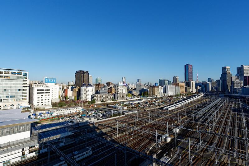 高輪ゲートウェイ駅から田町駅方面を望む。遠くに東京タワーが見える