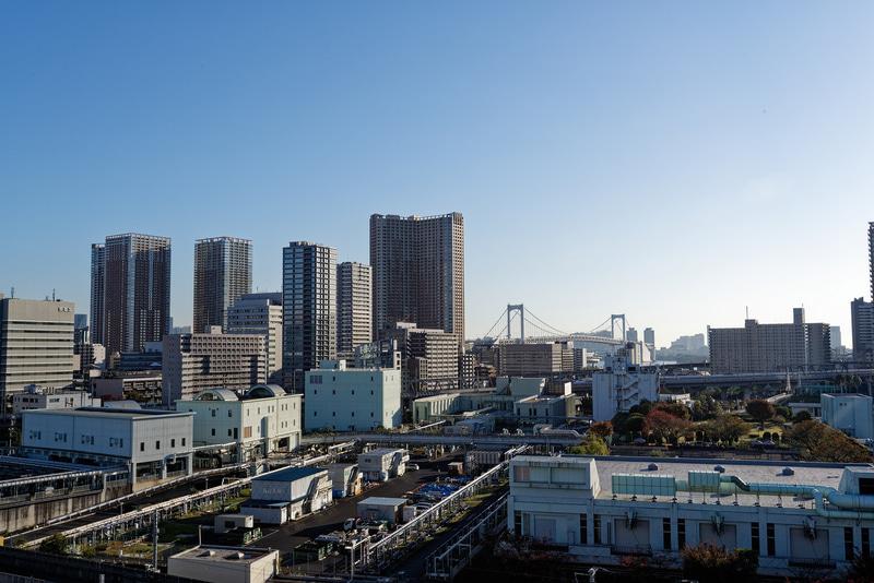 駅の裏側は東京湾。高輪ゲートウェイ駅から直接見るのは難しいが、レインボーブリッジがビルの隙間から顔を覗かせる