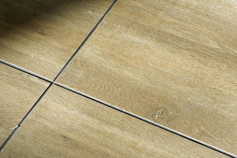 床には木目調のタイルが敷き詰められている