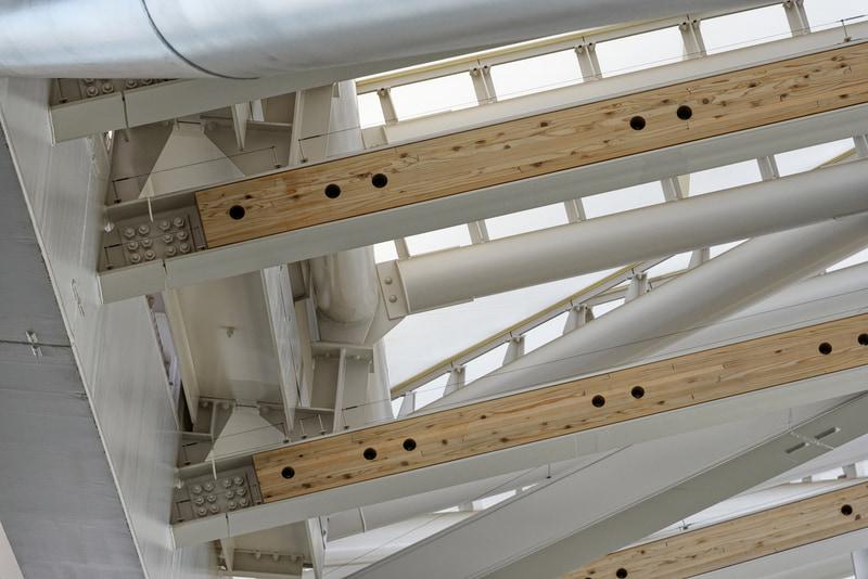 構造材ではなく、意匠として木材を鉄骨にはめ込んでいる