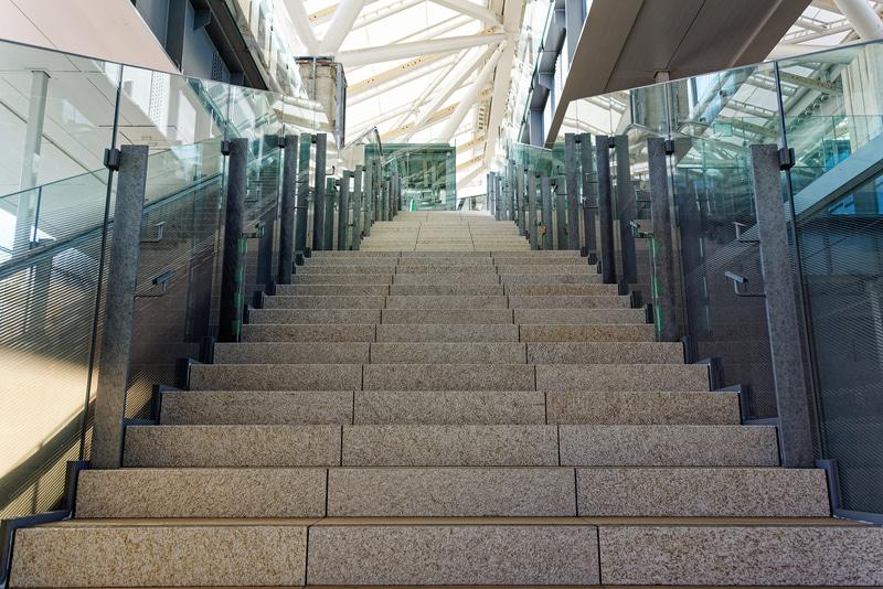 山手線ホームと2階をつなぐ階段、エスカレータ
