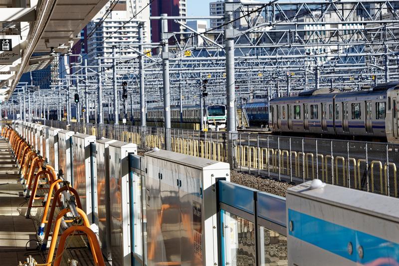 京浜東北線のホームと駅名標(写真左)