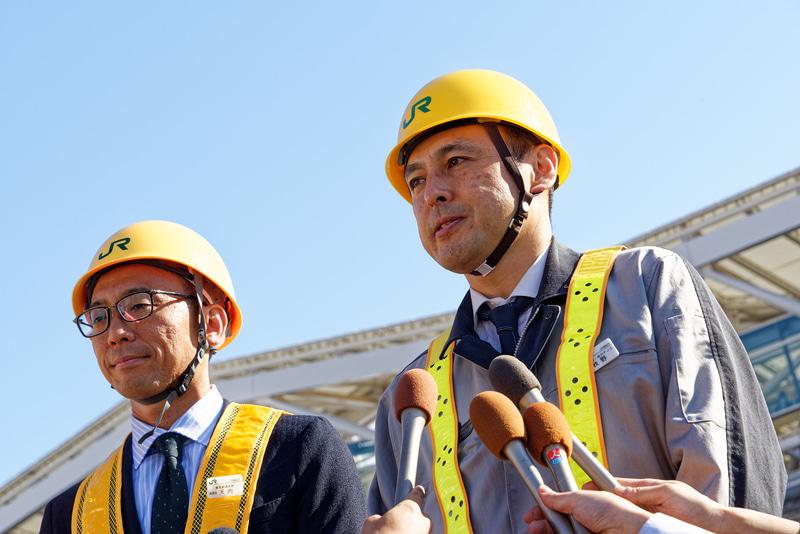 高輪ゲートウェイ駅の報道公開後、コメントした東日本旅客鉄道株式会社 事業創造本部の天内義也氏(左)と同東京工事事務所の牧野俊司氏(右)
