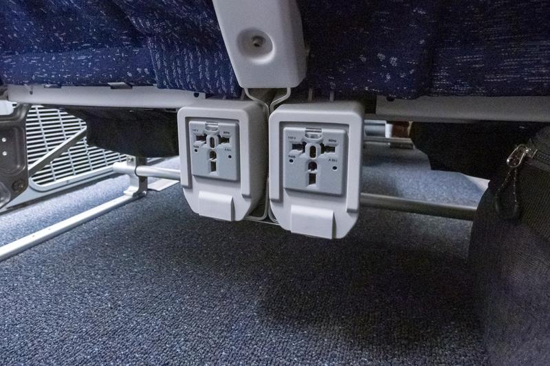 AC電源はシート前方の足下。利用可能時にLEDランプが点灯する