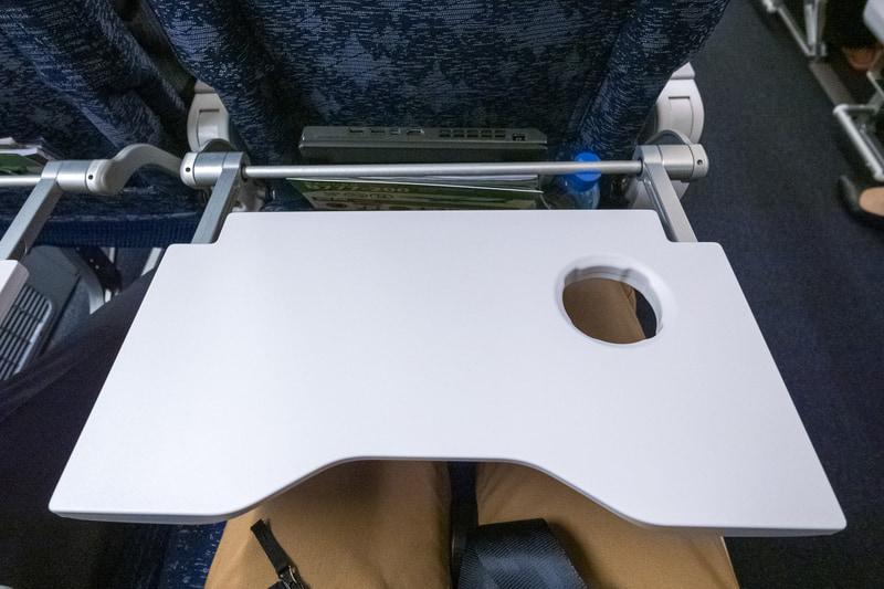 """""""ガタンッ""""と落ちてこないシートテーブル。1枚板のテーブルで、前後にスライドが可能"""