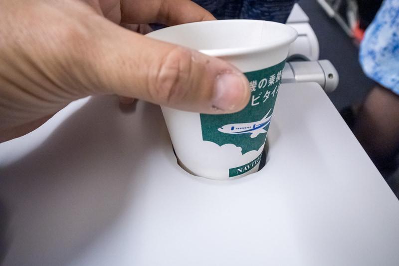 形状を工夫してドリンクの入った紙コップを取り出しやすくしたホルダー