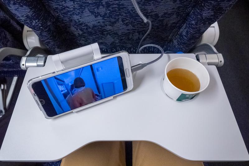 ノートPCはひざ上がベター。タブレットやスマホならシートテーブルの上で快適に利用できる