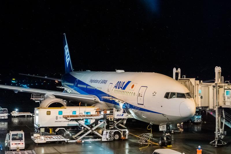 搭乗した新仕様初号機のボーイング 777-200型機「JA715A」