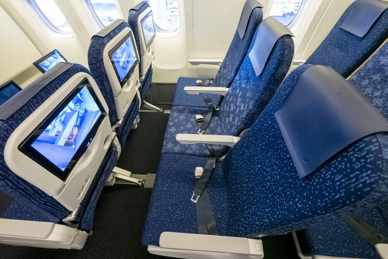 普通席に使用されているシート。初期リクライニング角と背もたれ部分のフレーム設計がよいので、リクライニングしなくても腰や背中に無理を感じなかった(内覧会時に撮影したもの)