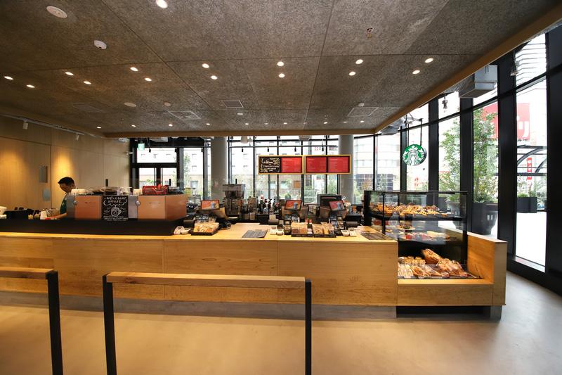 2階。大阪の木材で作った明るい色のカウンターが温かい雰囲気をつくる。天井は廃木材とコンクリートで作ったボード