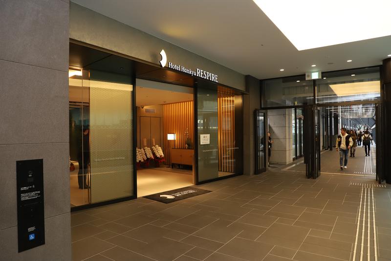 2階エントランス。デッキで「阪急おおさか梅田駅」「JR大阪駅」と直結している