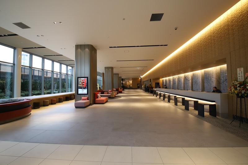 9階ロビーは広大で、フロントの向かいには日本庭園が見渡せる