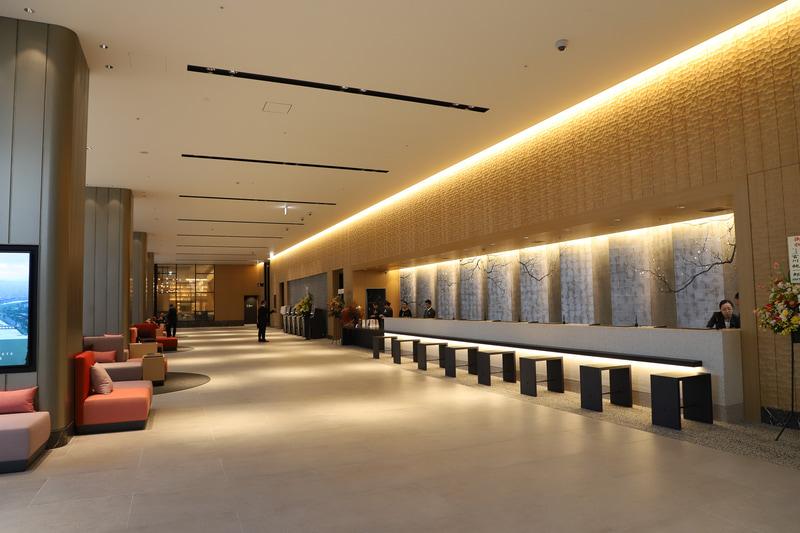 フロントの奥に自動精算機、喫煙室、エレベーターホールが並ぶ。突き当りの奥はレストラン、バンケット