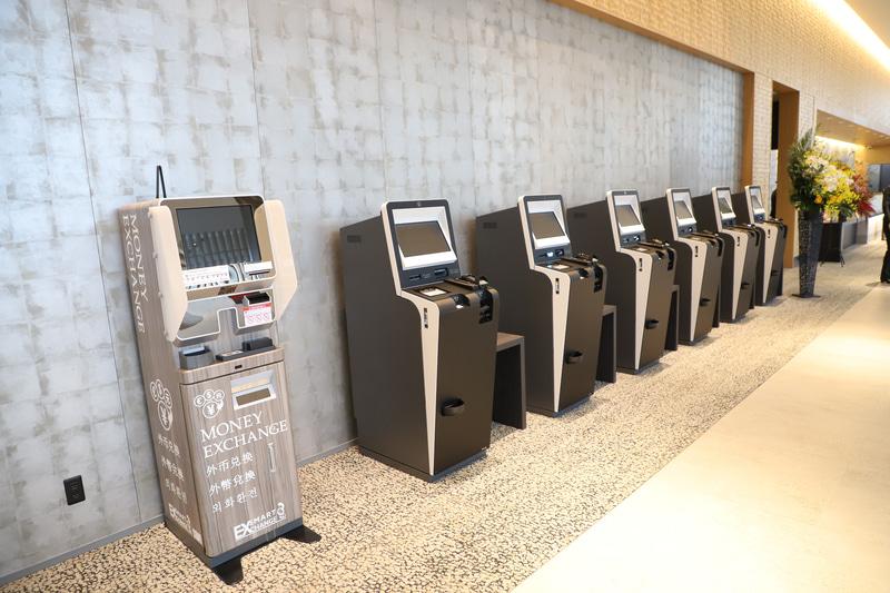 自動精算機と外貨自動両替機。なお、料金の支払いには「Alipay」「WeChat Pay」「新韓カード」なども利用できる
