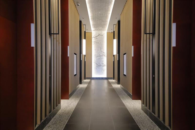 エレベーターホール。エレベーターは計8基あり、低層階・高層階別に分かれている