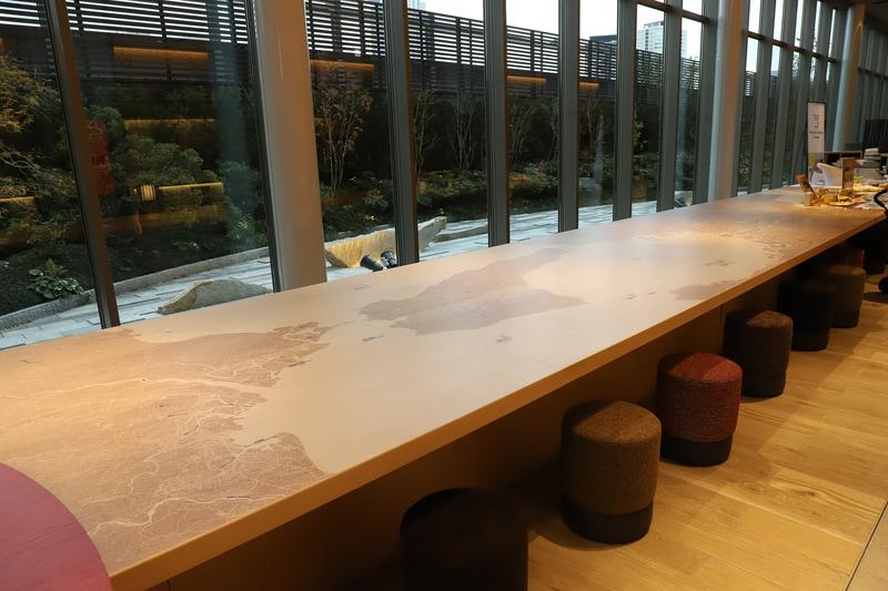 京阪神の地図が刻まれたテーブルにもギミックが隠されている