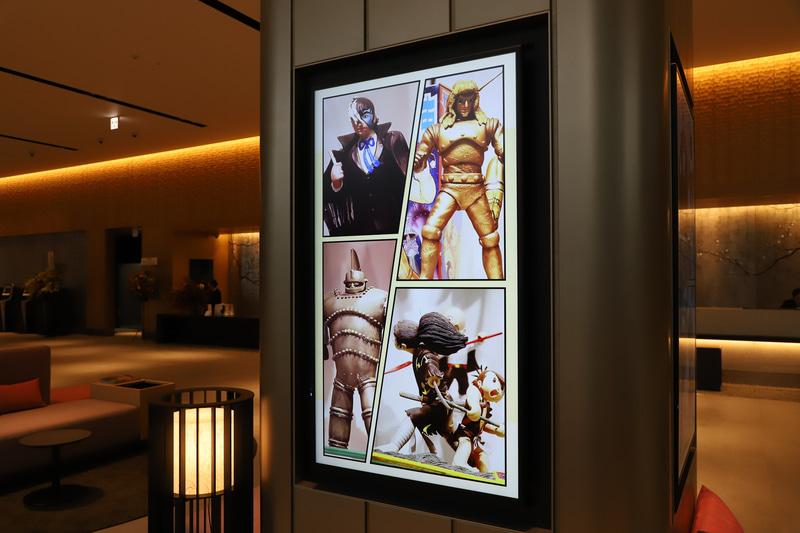 サイネージにさまざまな情報が表示されるとともに、地図上ではリンクした場所が光るようになっている。例えば「手塚治虫記念館」の情報表示(写真)の際、施設がある宝塚駅のランプが光る