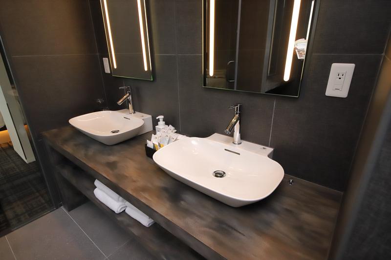 洗面、バス。バスルームと独立したシャワールームもある