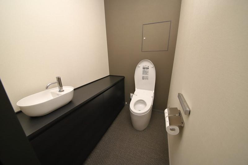 宿泊室のグレードによりトイレの広さは異なるが、全室にTOTOのウォシュレットを導入