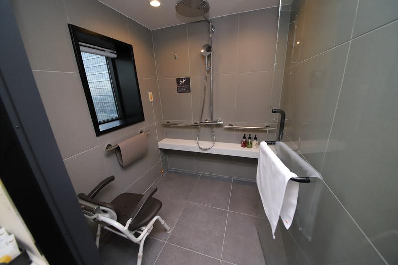 現代のホテルにふさわしく、ユニバーサルデザインを取り入れたトリプルルームも用意。ほかの客室と変わらない快適性を確保しつつ、さまざまな個人差に対応している。なお、取材時にはホテル内のほぼすべての施設を見学したが、ホテル利用者が移動する範囲では段差は一切なかった