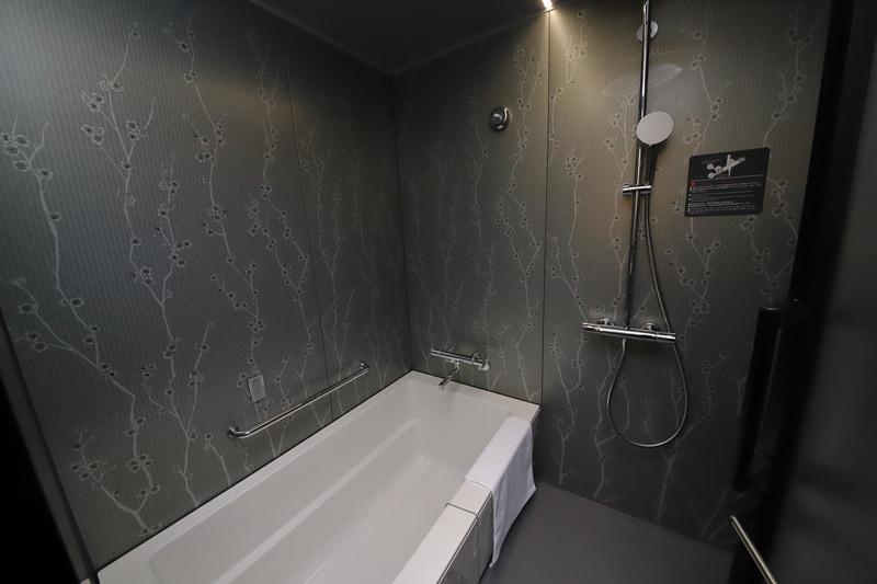 最近のトレンドでもある、2つ並んだ洗面台。アメニティは引き出しの中にありスッキリとしている