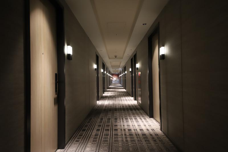 客室フロアの廊下。厚めのカーペットで靴音も響かず、また心地よい音楽が静かに流れていた