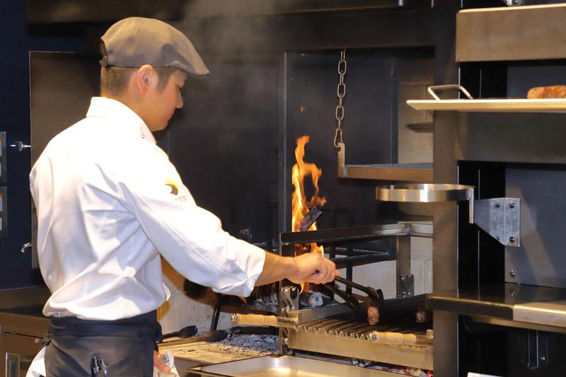 ライブキッチンで調理していたのは「ブラックアンガス牛の薪窯グリル」