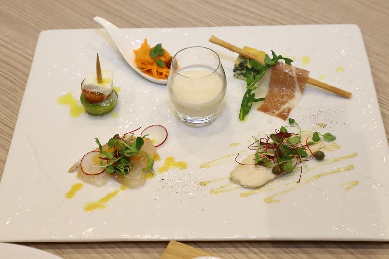 「前菜」はビュッフェスタイルで、好みのものを選べる(内覧会は盛り合わせで展示)