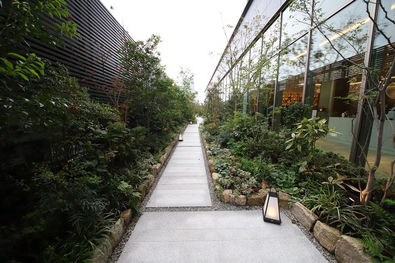 9階ロビー前に広がる日本庭園