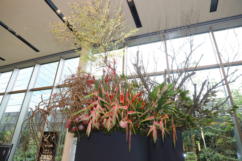 オープンを記念した、花人 赤井勝氏によるフラワーアート(展示は11月30日まで)
