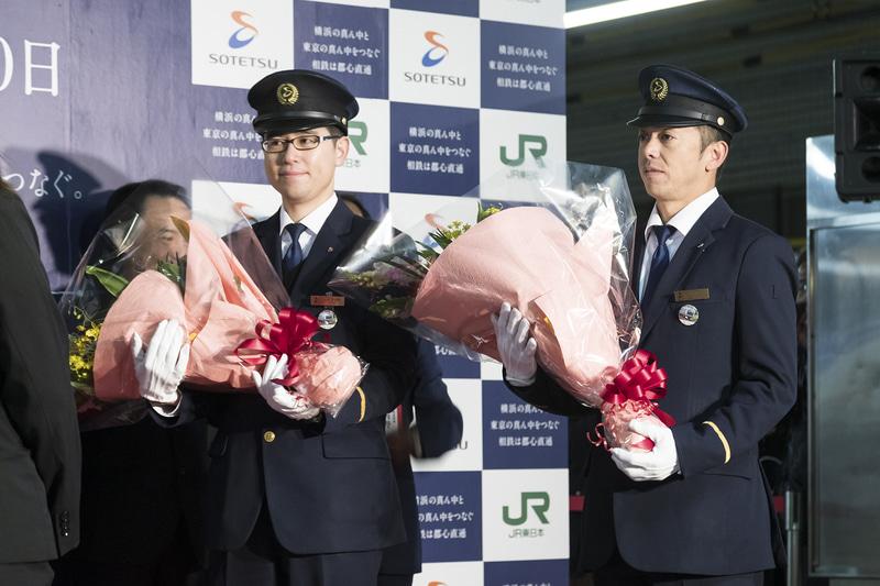 1番列車を担当する指導運転士 馬場貴史氏、車掌 戸井田信宏氏に花束が贈呈された