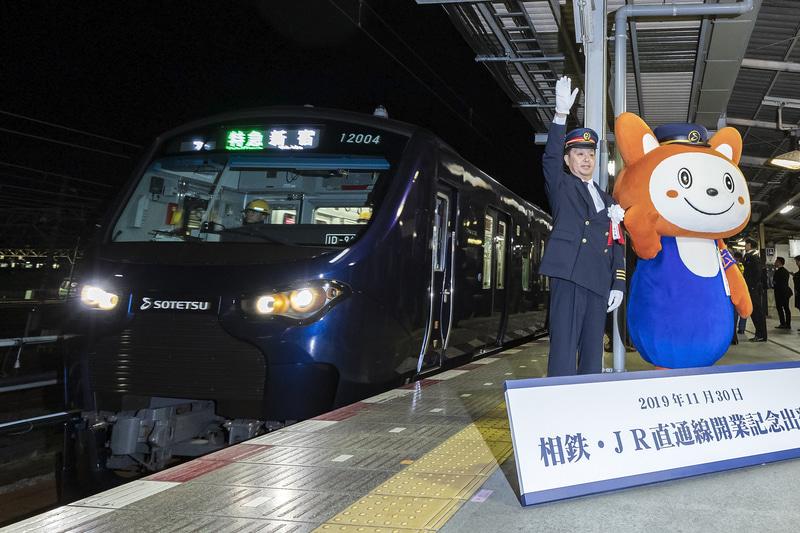 5時37分に1番列車となる12000系が入線。報道陣からの要望に応え五十嵐駅長とそうにゃんがポーズ