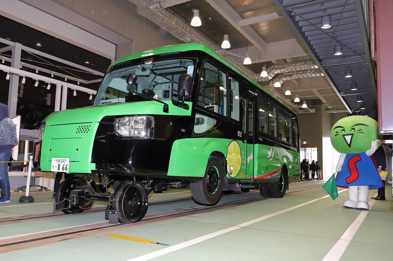 京都鉄道博物館の車両工場に鉄道モードで入線したDMV(デュアル・モード・ビークル)