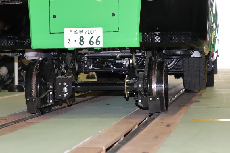 鉄道モード時の前輪付近。ディスクブレーキやオイルダンパーなどの構造がよくわかる