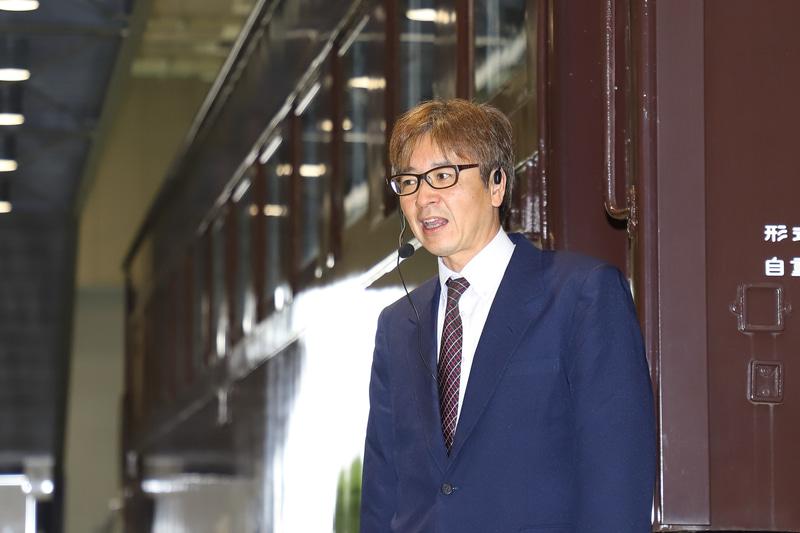 来場者に解説を行なう、阿佐海岸鉄道株式会社 代表取締役専務 井原豊喜氏