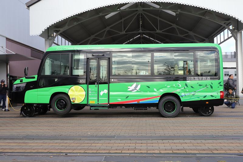 鉄道モード→バスモードへ。マイクロバスから追加されたボンネットには前輪とそれを収納する機構部がある。後輪(ガイド輪)はベース車両にもともとあるトランクスペースを利用している。なおイラストなどのデザインは一般公募されたもの