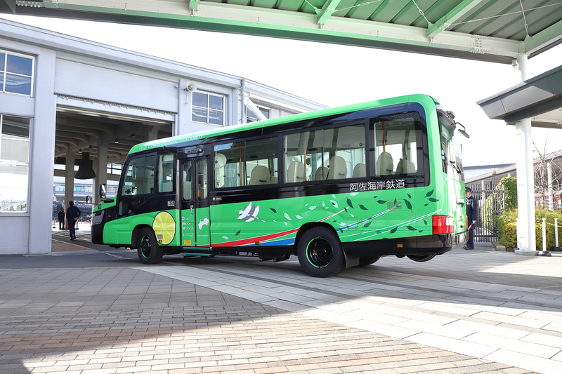 京都鉄道博物館構内の道路を移動、切り返して扇形車庫の裏側から入庫する