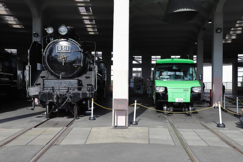 扇形車庫ではSLと並んで展示される。隣のD51 1号機は1936年(昭和11年)落成で、2019年(令和元年)落成のDMVとの年齢差は83年。蒸気機関車とDMVの並びはかなりめずらしい光景だ