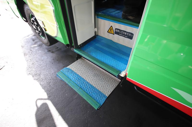 乗降用のドアは車体左側に1か所のみ。ドアの開閉に連動してステップが出る仕組み