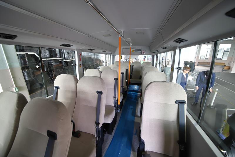 乗客用の座席は18席で、立席含めて最大23名が乗車可能。通常の鉄道車両に比べると乗車定員は大幅に減るが、日常の運行には問題なく、混雑が予想される場合には増発で対応するという
