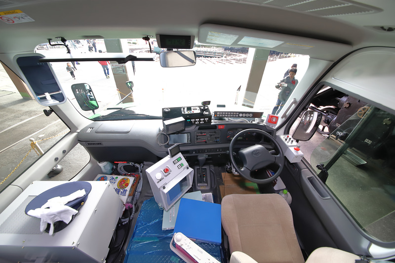 運転席は基本的にマイクロバスそのものだが、鉄道用の保安システムやモードチェンジのための機器を後付けしている。助手席は座席としては使用できない