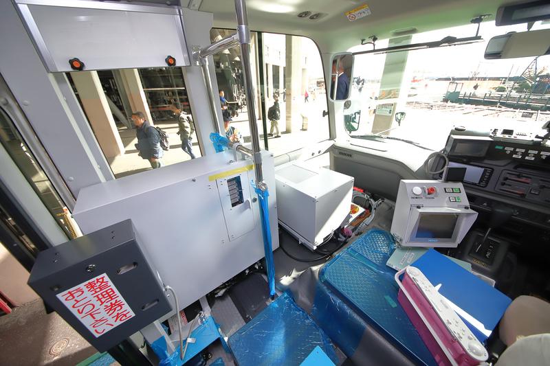 鉄道モード用の保安装置。ドア付近に整理券発券機も設置済み
